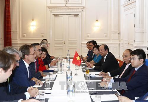 PM Vietnam, Nguyen Xuan Phuc menerima beberapa Asosiasi dan Grup Ekonomi di Belanda - ảnh 1