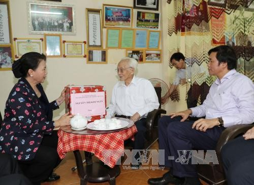 Partai dan Negara Vietnam selalu memperhatikan  kebijakan terhadap orang-orang yang berjasa - ảnh 1
