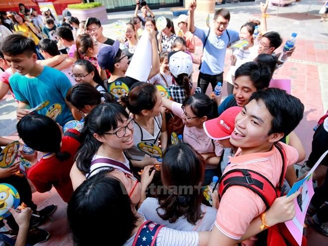 "Kalangan remaja ibukota Hanoi menyebar-luaskan rasa kasih sayang  pada Hari ""Pelukan Internasional"" - ảnh 1"