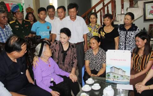 Ketua MN Vietnam, Nguyen Thi Kim Ngan mengunjungi dan memberikan  bingkisan kepada  keluarga-keluarga prajurit disabilitas  dan martir propinsi Hai Duong - ảnh 1