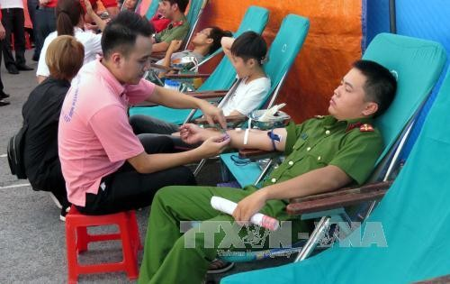 Ada lagi banyak orang yang menyumbangkan darah untuk menyambut Perjalanan Merah 2017 - ảnh 1
