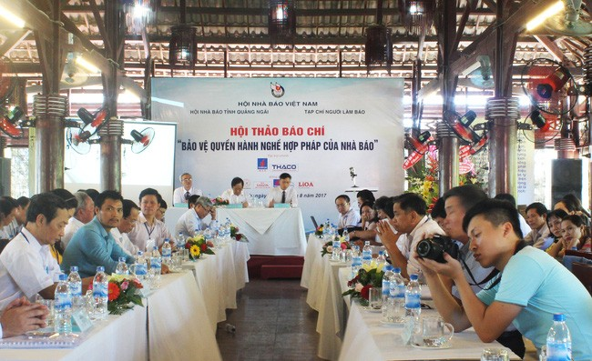 Mengembangkan peranan Persatuan Wartawan Vietnam dalam membela hak  menjalankan  praktek profesi  yang sah dari wartawan - ảnh 1