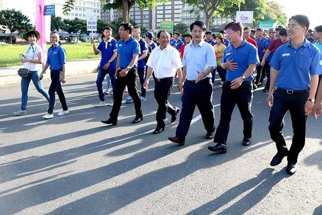 """Program gerak jalan: """"Memberi bantuan  untuk pergi  sokolah"""" diadakan di kota Ho Chi Minh - ảnh 1"""