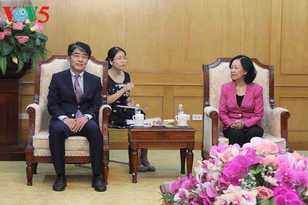 Direktur ILO, Change Hee Lee melakukan kunjungan di Vietnam - ảnh 1