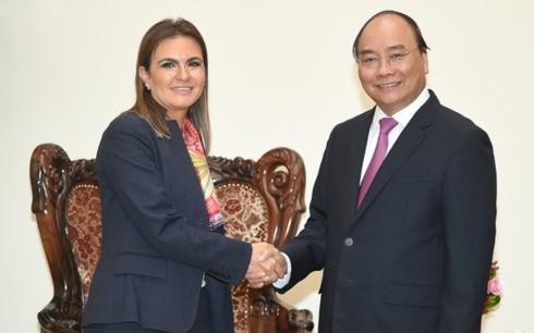 PM Vietnam, Nguyen Xuan Phuc menerima Menteri Investasi dan Kerjasama Internasional Mesir, Sahar Nasr - ảnh 1