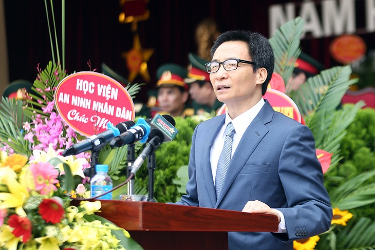 Deputi PM Vietnam, Vu Duc Dam menghadiri acara pembukaan tahun  kuliah baru 2017-2018 di Akademi Teknik Militer - ảnh 1