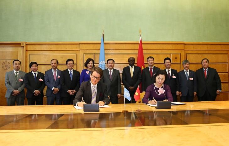 Deputi PM Vietnam, Vuong Dinh Hue mengadakan temu kerja dengan para pemimpin dari  berbagai organisasi internasional di Jenewa, Swiss  - ảnh 2