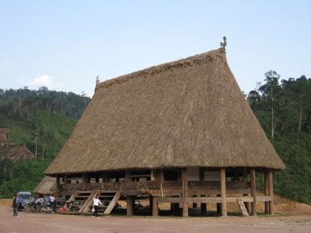 Ruang rumah Guol yang hidup-hidup dari warga  etnis minoritas Co Tu di desa A Roh,  kecamatan Lang, kabupaten Tay Giang, provinsi Quang Nam - ảnh 1