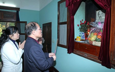 フン国会議長、ホーチミン主席遺跡地区で線香を手向ける - ảnh 1