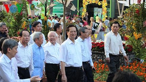 ズン首相、ホーチミン市の花の道などを見学 - ảnh 1
