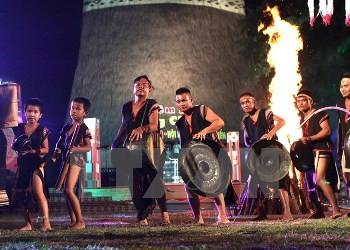 コントゥム省での夜会に外国人数千人が参加 - ảnh 1