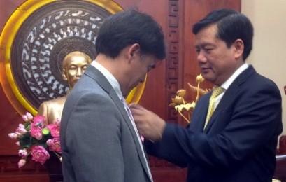 HCM市、JICAベトナム事務所長に市の記章を授与 - ảnh 1