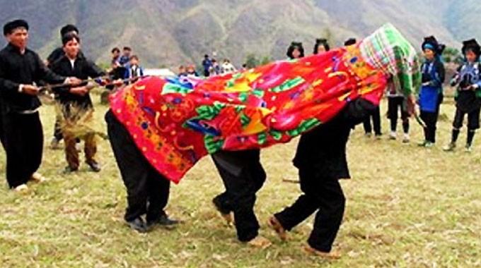 ハニー族の男女が掛け布団をかぶる風習とは - ảnh 2