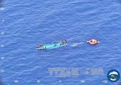 難民乗せた船 相次ぎ転覆 今週だけで7000人超救助 - ảnh 1