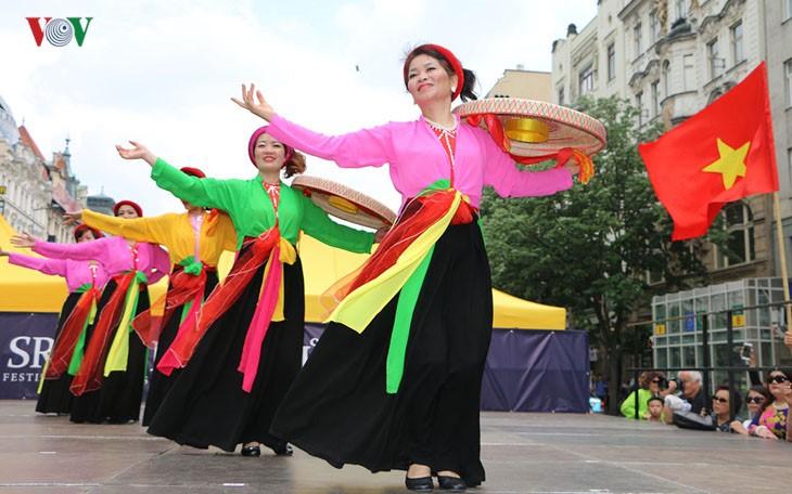 ベトナム、チェコで各少数民族の文化祭に参加 - ảnh 1