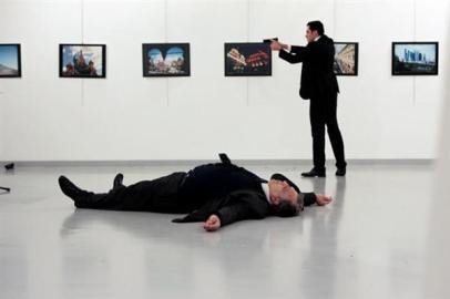 トルコ ロシア大使が警察官に撃たれ死亡 - ảnh 1