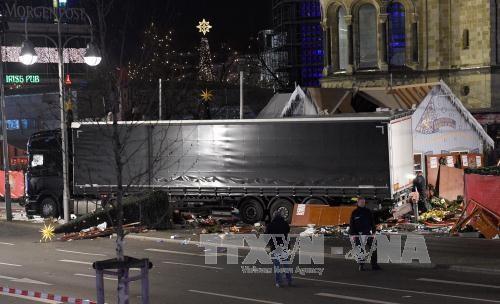 トラック突入、叫び逃げ惑う人々 ベルリン  - ảnh 1
