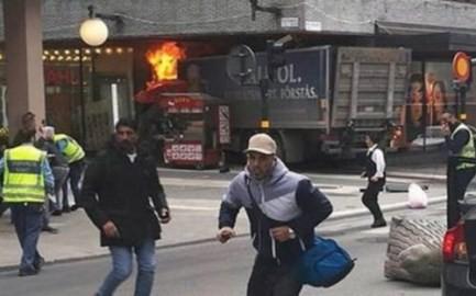 スウェーデンのトラック暴走、「テロ容疑」でIS支持者の男を逮捕 - ảnh 1