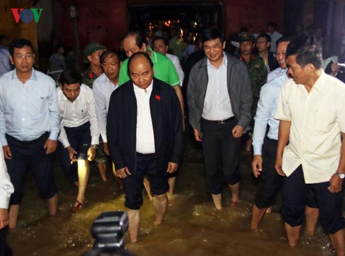 フック首相、洪水被災地ホイアン町を視察 - ảnh 1