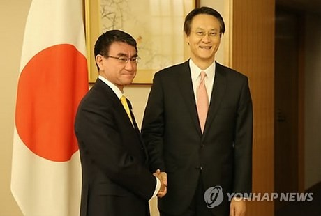 外相と李新駐日大使、日韓関係発展へ協力合意 - ảnh 1