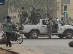 Situasi keamanan dan ketertiban di Mali pasca kudeta militer sedang berkembang secara rumit. - ảnh 1