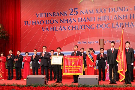 Perdana Menteri Nguyen Tan Dung menyampaikan gelar Pahlawan Kerja kepada Bank Persero Industri dan Perdagangan Vietnam - ảnh 1
