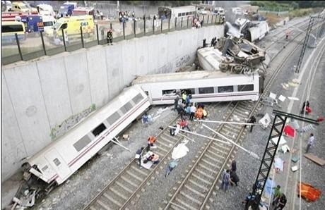 Kereta api di Spanyol  tergelincir sehingga membuat lebih dari 200 orang menderita cedera - ảnh 1