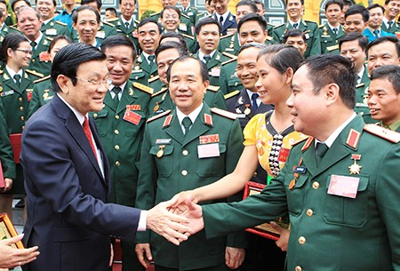 Presiden Truong Tan Sang melakukan pertemuan dengan tipikal-tipikal yang menonjol di kalangan seluruh tentara - ảnh 1
