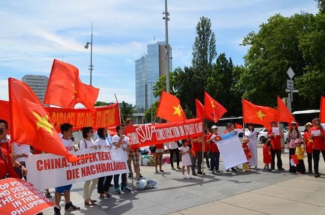 Opini umum memprotes Tiongkok yang mengubah status quo di Laut Timur - ảnh 1