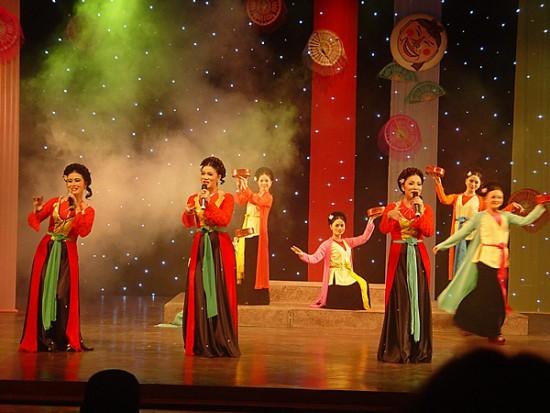 Malam akhir pekan menikmati seni tradisional di kota Hanoi - ảnh 1