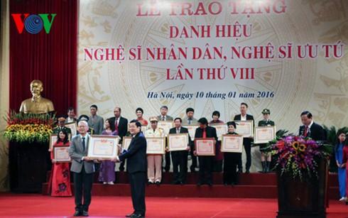 Presiden Truong Tan Sang menghadiri upacara menyampaikan gelar Seniman Rakyat dan Seniman Terkemuka - ảnh 1