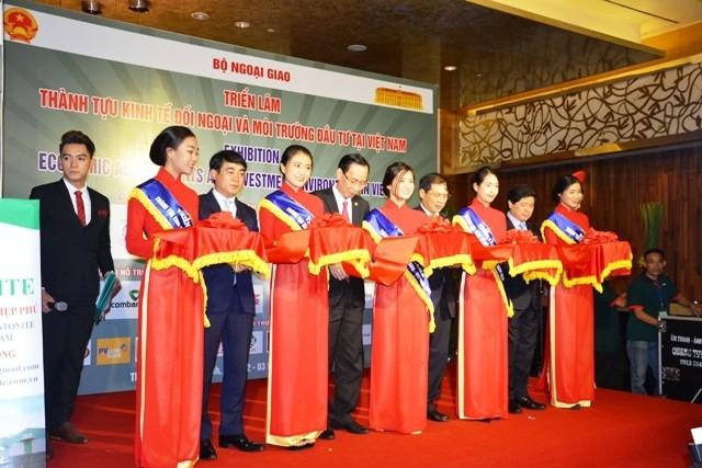 """Pameran """"Prestasi ekonomi luar negeri dan lingkungan investasi di Vietnam"""" - ảnh 1"""