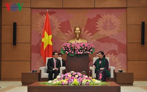 Wakil Harian Ketua MN Tong Thi Phong menerima delegasi Pengurus Besar Asosiasi Persahabatan Laos-Vietnam - ảnh 1