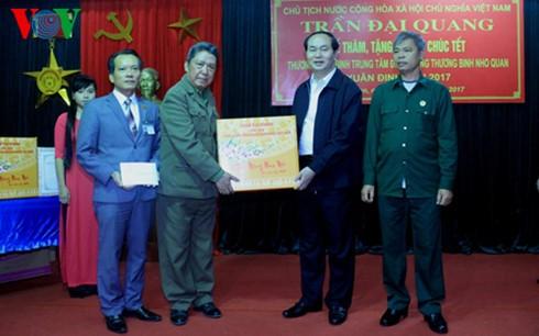Presiden Tran Dai Quang mengunjungi Pusat Perawatan Prajurit Disabilitas Nho Quan, provinsi Ninh Binh - ảnh 1