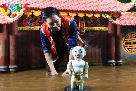 Seniman Phan Thanh Liem-Orang yang memasang sayap bagi wayang golek air tradisional - ảnh 1