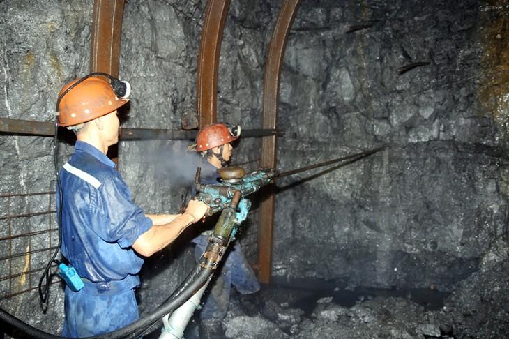 Bulan Buruh: Mengikuti jejak kaki buruh tambang turun ke terowongan tambang - ảnh 1