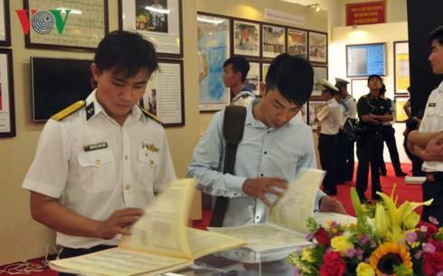 Kawasan 2 Angkatan Laut Vietnam memamerkan peta dan dokumen tentang Hoang Sa dan Truong Sa - ảnh 1