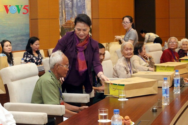 Ketua MN Nguyen Thi Kim Ngan menemui rombongan Ibu Vietnam Heroik provinsi Ben Tre - ảnh 1