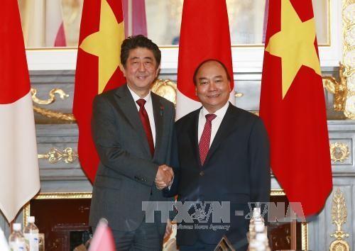 PM Nguyen Xuan Phuc melakukan pembicaraan dengan PM Jepang, Shinzo Abe - ảnh 1