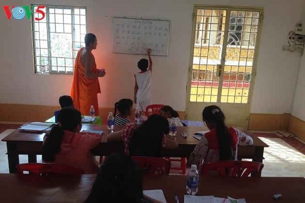 Kursus pengajaran aksara Khmer di tengah-tengah kota - ảnh 1