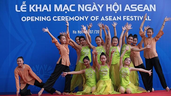 Pameran foto tentang ASEAN turut mendorong pemahaman warga tentang komunitas bersama ASEAN - ảnh 1