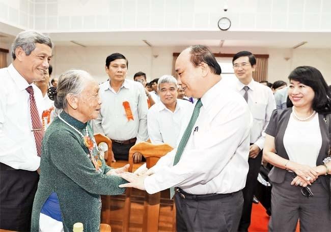 PM Nguyen Xuan  Phuc menghadiri konferensi memuji para tipikal yang bersaja kepada revolusi di provinsi Quang Nam - ảnh 1