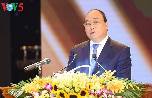 PM Nguyen Xuan Phuc menghadiri konferensi memuji 700 tipikal yang berjasa kepada revolusi - ảnh 1
