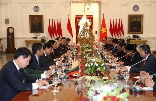 Presiden Indonesia Joko Widodo mengadakan upacara penyambutan resmi untuk Sekjen Nguyen Phu Trong - ảnh 1