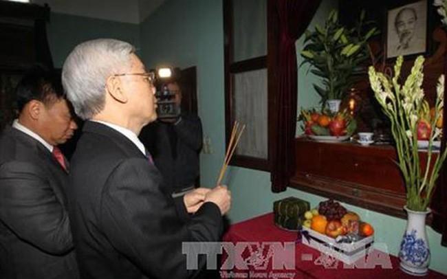 Sekjen Nguyen Phu Trong membakar hio mengenangkan Presiden Ho Chi Minh - ảnh 1