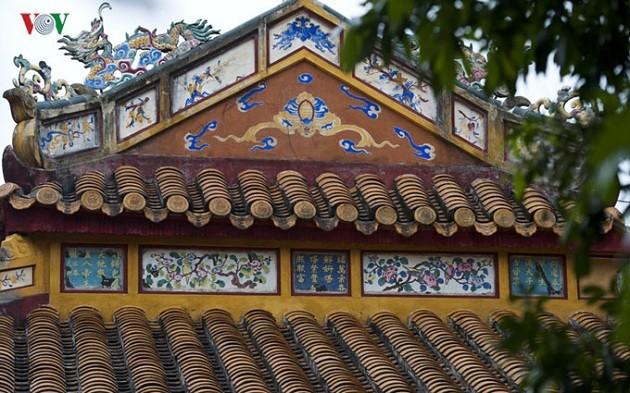 Sajak dan sastra di bangunan arsitektur Istana Kerajaan Hue, Pusaka dokumen yang khas dari Vietnam - ảnh 1