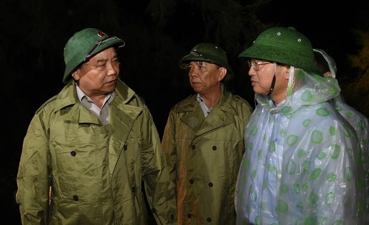 PM Nguyen Xuan Phuc melakukan survei dan membimbing pekerjaan mengatasi akibat taufan di Vietnam Tengah - ảnh 1