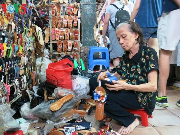 Ibu Nguyen Thi Lien- wanita yang melestarikan kerajinan membuat kolom di Pasar Ben Thanh - ảnh 1