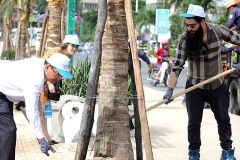 Delegados extranjeros siembran plantas en Nha Trang en ocasión de su Festival 2017 - ảnh 1