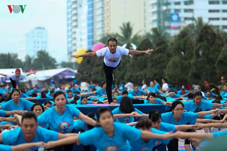 Localidades vietnamitas responden al Día Internacional del Yoga  - ảnh 1